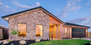 façade bois et pierres orange